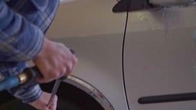 Bilen tvättas med högtrycks- vatten på en biltvättnärbild arkivfilmer