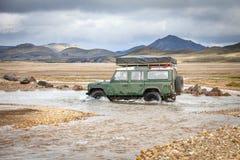 Bilen 4WD vadar floden i Island Arkivfoton