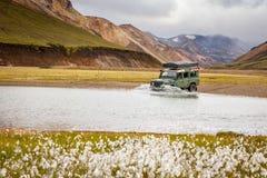 Bilen 4WD vadar floden i Island Arkivbild