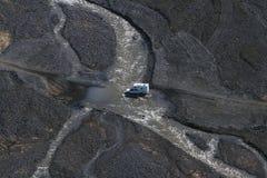 Bilen 4WD vadar floden i Landmannalaugar, södra Island Arkivbilder