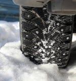 Bilen wheel in snow Arkivbilder