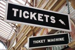 Biletów znaki, Cumują Uliczną stację kolejową fotografia stock