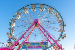 Bileta znak i Ferris ko?a przeja?d?ka przy Cal expo jarmarkiem 2018 obraz royalty free
