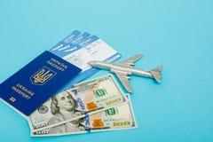 Bilety dla samolotu i paszporta, dolary z modelem samolot na b??kitnym tle Odbitkowa przestrze? dla teksta zdjęcia stock