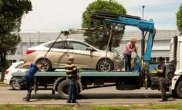 Bilevakueringen, kvinna svär med en bärgningsbil royaltyfri fotografi