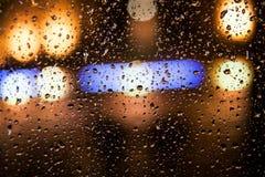 Bilexponeringsglas med en rugge av regn royaltyfri bild