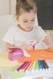 bilfärg tillverkar makroen för ungar för det gröna huset som den ljusa göras skjuten röd sax för paper blyertspennor Royaltyfri Fotografi