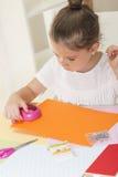 bilfärg tillverkar makroen för ungar för det gröna huset som den ljusa göras skjuten röd sax för paper blyertspennor Fotografering för Bildbyråer
