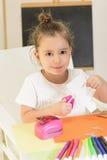 bilfärg tillverkar makroen för ungar för det gröna huset som den ljusa göras skjuten röd sax för paper blyertspennor Royaltyfri Foto