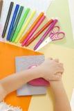 bilfärg tillverkar makroen för ungar för det gröna huset som den ljusa göras skjuten röd sax för paper blyertspennor Royaltyfria Bilder