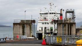 Bilfärja som är klar att lasta av i Armadale, Skottland Royaltyfri Fotografi