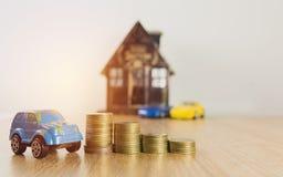 Bilförsäkring och bilservicebegrepp äganderätt för home tangent för affärsidé som guld- ner skyen till Royaltyfri Bild