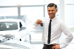 Bilförsäljare Giving Key av den nya bilen på visningslokalen arkivfoton