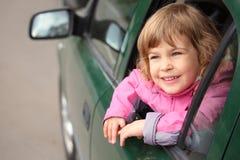bilflicka som ser kastfönstret Fotografering för Bildbyråer