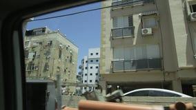 Bilflyttning till och med ett bostadsområde tegelstenkonstruktion som utomhus lägger lokalen lager videofilmer