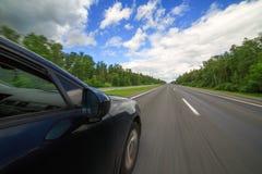Bilflyttningarna på stor hastighet arkivfoto