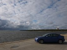 Bilfotonärbild av en solig dag Härliga japanska bilblått Detaljer och n?rbild royaltyfri bild