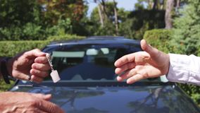 Bilförsäljare med handskakningen lager videofilmer