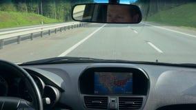 bilgps inom för enhet vindruta där En GPS enhet är på stock video
