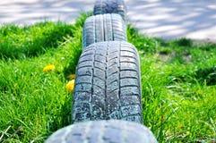 Bilgummihjul i jordningen royaltyfria foton