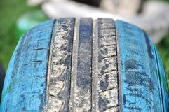 Bilgummihjul i jordningen royaltyfri bild
