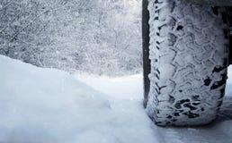 Bilgummihjul i snön Arkivfoton