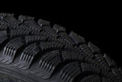Bilgummihjul på black arkivfoton