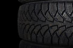 Bilgummihjul på svart bakgrund royaltyfria foton