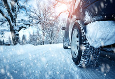 Bilgummihjul på vintervägen Arkivbild