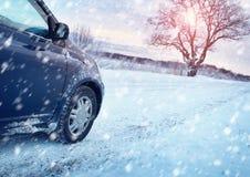 Bilgummihjul på vintervägen royaltyfri bild