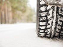 Bilgummihjul på vintervägen Fotografering för Bildbyråer