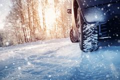 Bilgummihjul på vintervägen som täckas med snö royaltyfri fotografi