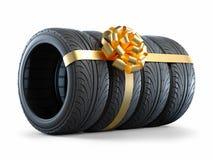 Bilgummihjul som slås in i ett gåvaband med en pilbåge 3D Royaltyfri Fotografi