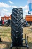 Bilgummihjul Svart gummilastbildäck Rubber texturbakgrund fotografering för bildbyråer