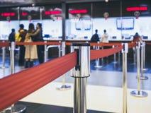 Bilhete da compra dos povos na cabine de bilhete no estação de caminhos-de-ferro Fotos de Stock