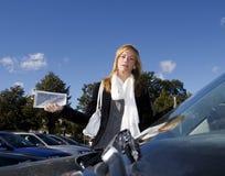 Bilhete da mulher e de estacionamento fotos de stock