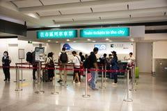 Bilhete de ônibus da compra da formação do contador de bilhetes em Hong Kong Airport fotografia de stock