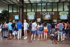 Bilhete de compra de espera de muitos povos ao jardim zoológico em Singapura Imagens de Stock