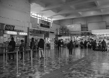 Bilhete de compra de espera dos povos no estação de caminhos-de-ferro em Hualien, Taiwan Foto de Stock