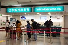 Bilhete de espera de povo chinês e de ônibus da compra da formação do viajante do estrangeiro do contador de bilhetes em Hong Kon fotografia de stock