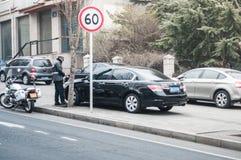 Bilhete de estacionamento da escrita do agente da polícia de Dalian Fotografia de Stock