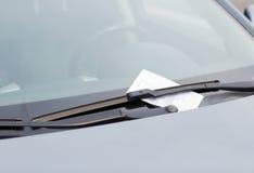 Bilhete de estacionamento no pára-brisas do carro Imagens de Stock Royalty Free