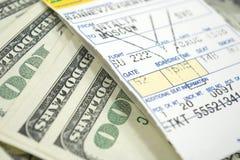 Bilhete e dólares de avião