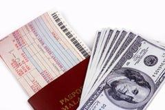 Bilhete e dinheiro de linha aérea imagens de stock royalty free