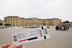 Bilhete para o palácio famoso de Schonbrunn com o grande jardim do Parterre em Viena, Áustria foto de stock royalty free