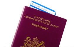 Bilhete plano em um passaporte. Imagens de Stock Royalty Free