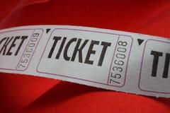 Bilhetes azuis genéricos em um fundo vermelho Fotografia de Stock Royalty Free