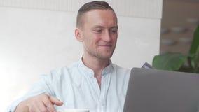 Bilhetes consideráveis da compra do homem de negócios com laptop video estoque
