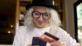 Bilhetes da compra da mulher de negócios com smartphone video estoque