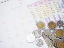 Bilhetes de loteria tailandeses e calendários tailandeses com o vermelho marcado da verificação imagens de stock